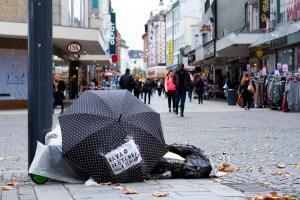 Die Krise hat Straßenobdachlosigkeit in Dortmund sichtbarer gemacht. In der Berichterstattung fehlt meist die Perspektive derer, die eigentlich betroffen sind. Was bedeutet es, draußen zu sein? Wie beschreiben Wohnungslose ihren Alltag? Fotos: Sebastian Sellhorst