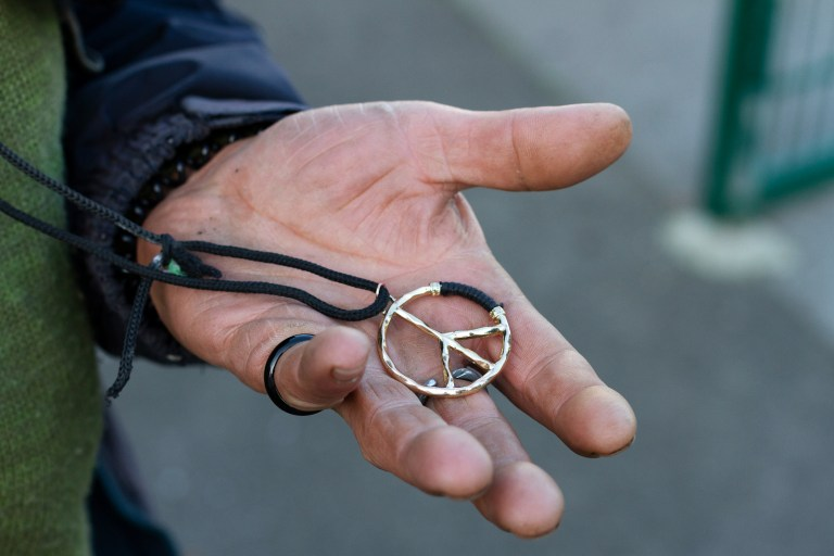 """Bernhard, Dortmund:  Meine Freundin hat mir dieses Peace-Zeichen geschenkt. Das trag ich seit Jahren. Ja, es bringt Glück. Und es bedeutet Frieden. """"Lasst die Tauben fliegen"""", haha. Aber eher als eine Idee oder ein fernes Ziel. Es heißt nicht, dass ich mich nicht wehre, wenn es sein muss. Ich mag, dass mich etwas immer begleitet."""